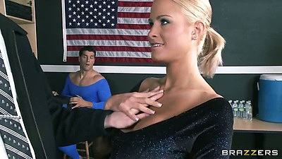 Blonde sporty babe Jessica Nyx gets felt up